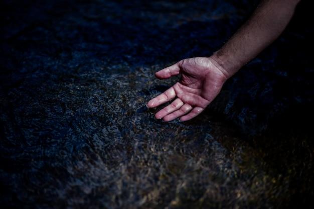 Handen en water stroomt uit natuurlijke watervallen waterconcept van natuurlijke waterval Premium Foto