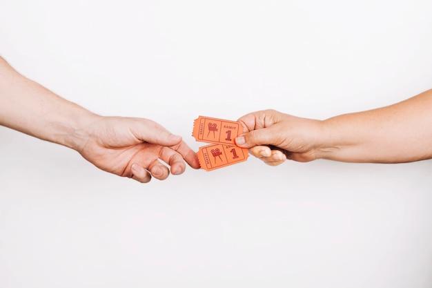 Handen geven kaartjes aan klant Premium Foto