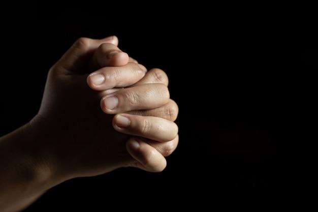 Handen gevouwen in gebed Gratis Foto