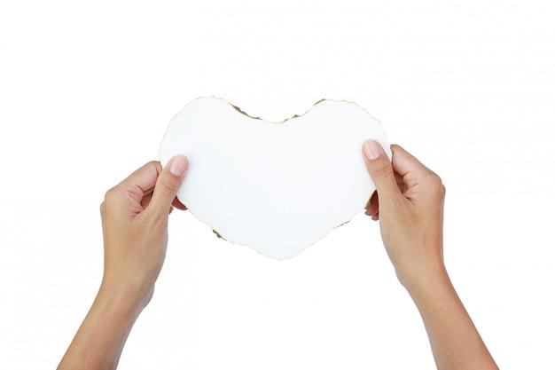 Handen houden brandend papier hart op witte achtergrond. Premium Foto
