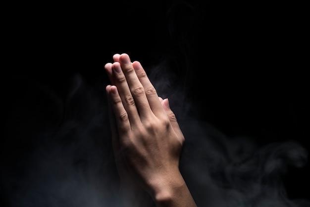 Handen met biddend gebaar Premium Foto