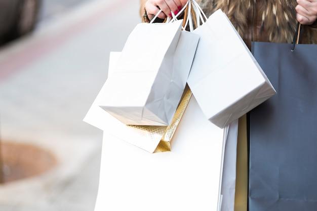 Handen met boodschappentassen Gratis Foto