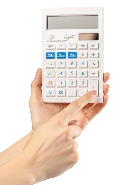 Handen met calculator op wit wordt geïsoleerd dat Premium Foto