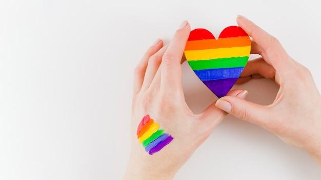 Handen met een hart met trots dag vlag kleuren Gratis Foto
