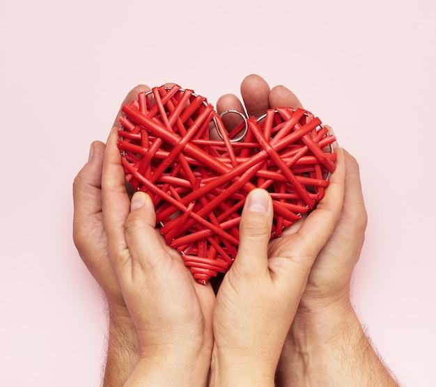 Handen met een rood hart Premium Foto