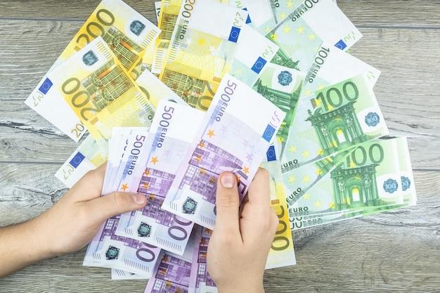 Handen met euro Premium Foto