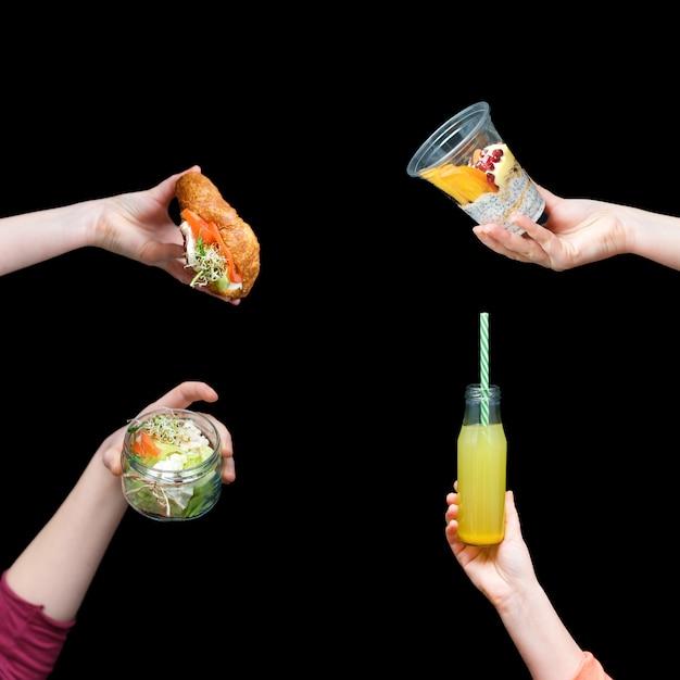 Handen met gezond voedsel, menu met microgreens. Premium Foto