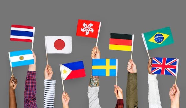 Handen met internationale vlaggen Premium Foto