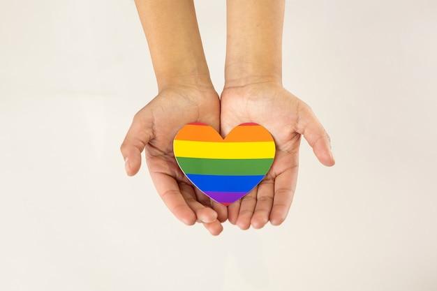 Handen met lgbt-hart, homoseksualiteit ondersteuningsconcept Premium Foto
