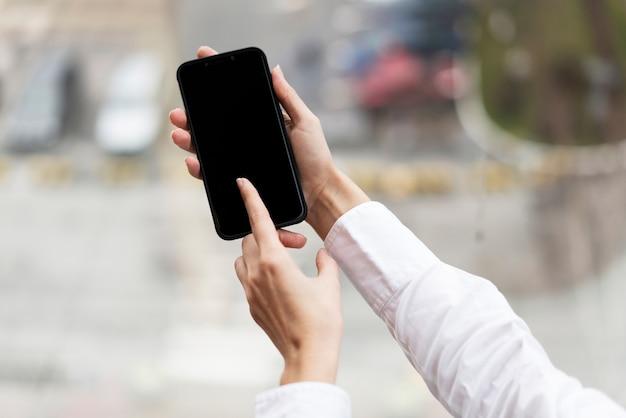 Handen met moderne mobiele telefoon Gratis Foto