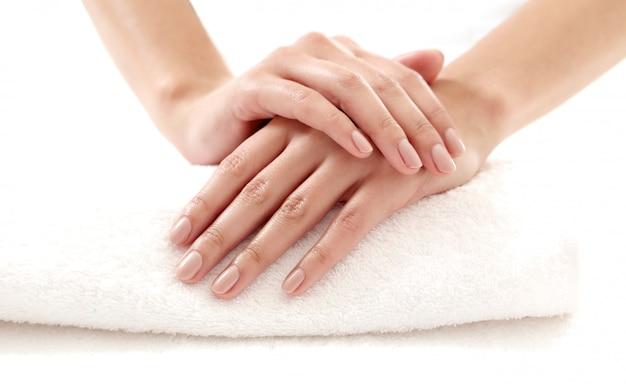 Handen met mooie nagels. nagelverzorging en manicure concept Gratis Foto