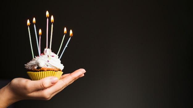 Handen met verjaardagsmuffin Gratis Foto