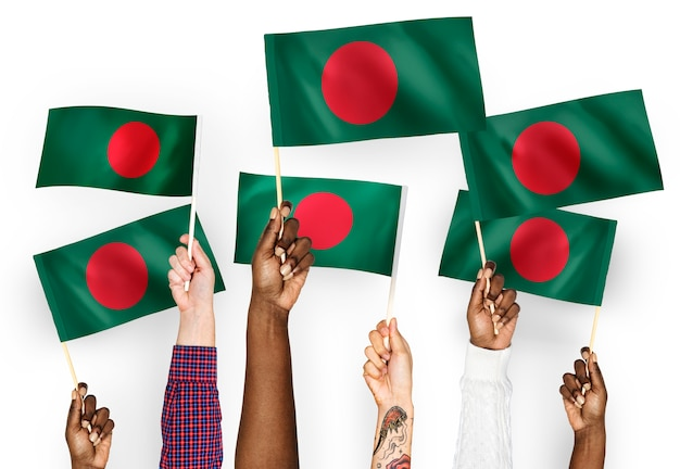 Handen met vlaggen van bangladesh zwaaien Gratis Foto