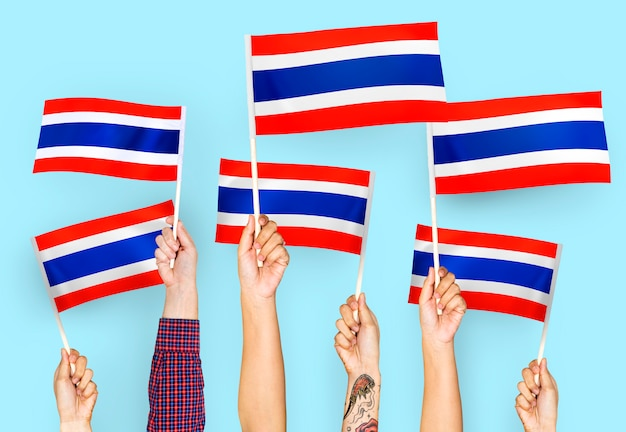 Handen met vlaggen van thailand zwaaien Gratis Foto