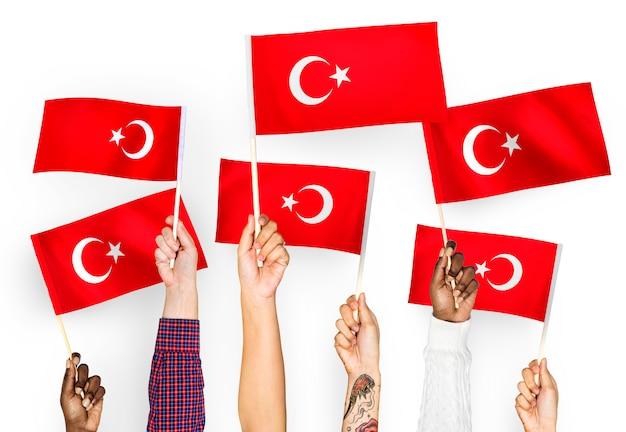 Handen met vlaggen van turkije zwaaien Gratis Foto
