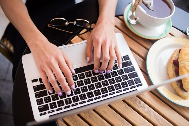 Handen op toetsenbord Premium Foto