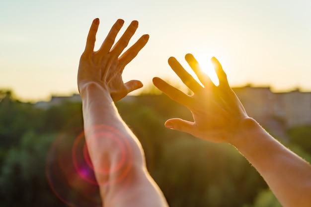 Handen open voor de zonsondergang, meditatie Premium Foto
