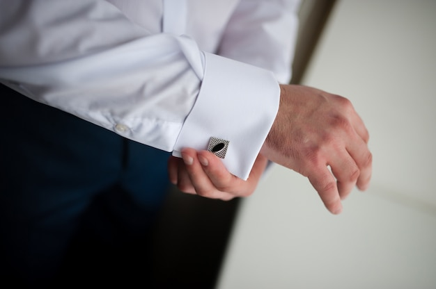 Handen van bruiloft bruidegom klaar in pak Premium Foto