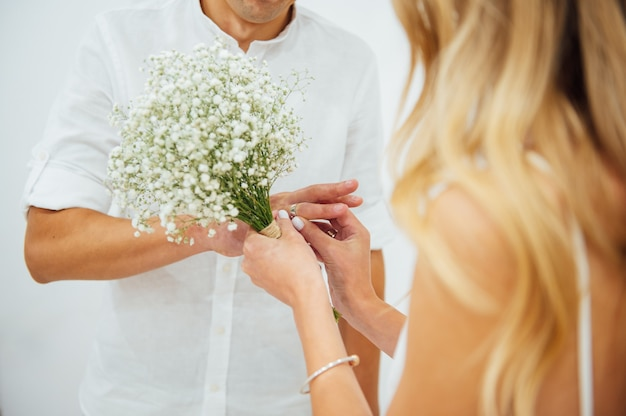 Handen van de bruid en bruidegom. bruid en bruidegom hand in hand op een huwelijksceremonie. trouwringen aan de handen van de pasgetrouwden. jonggehuwden zetten ringen om elkaar Premium Foto