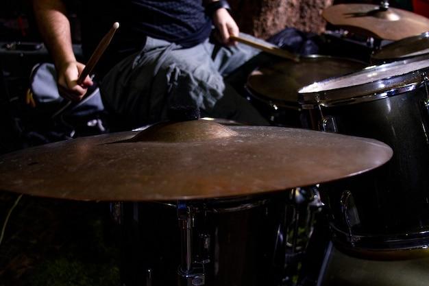Handen van drummer met stokken en drums close-up Premium Foto