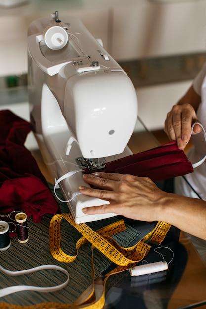 Handen van een vrouw naaien gezichtsmaskers Gratis Foto