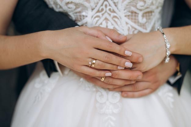 Handen van enkel echtpaar met trouwringen, vooraanzicht, huwelijksconcept Gratis Foto