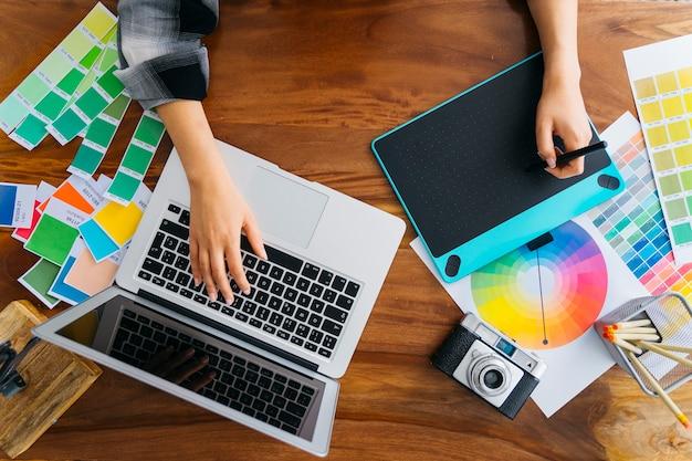 Handen van grafisch ontwerpers werken Premium Foto