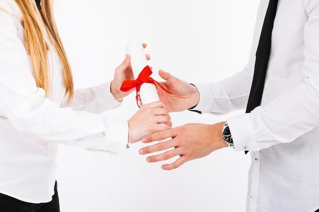 Handen van mensen met een diploma Gratis Foto