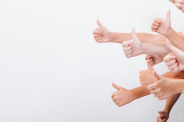 Handen van tieners die ok teken tonen Gratis Foto
