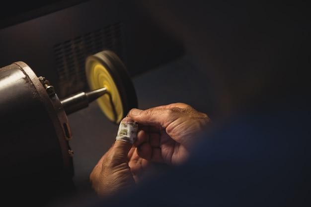 Handen van vakvrouw die aan een machine werkt Gratis Foto
