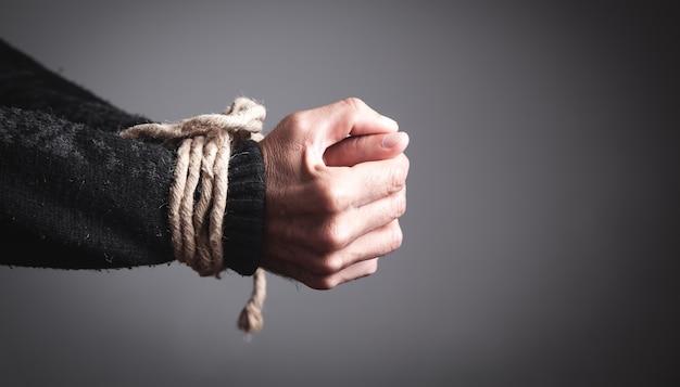 Handen vastgebonden met een touw. begrip gevangenisstraf Premium Foto