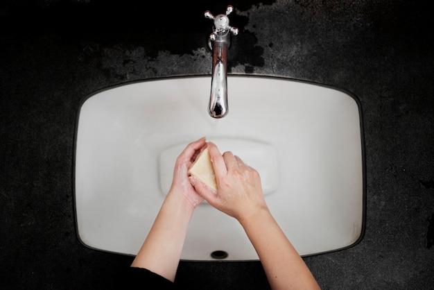 Handen wassen met een stuk zeep Gratis Foto