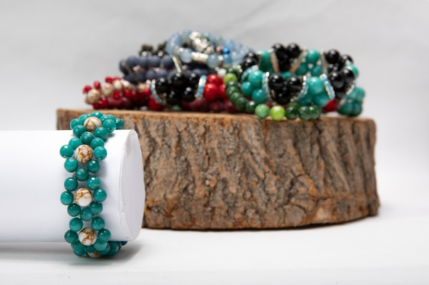 Handgemaakte armbanden gemaakt van natuursteen. Gratis Foto