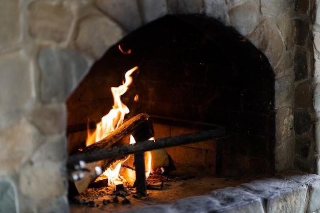 Handgemaakte clay stone bakstenen traditionele oven, gebakken concept. Premium Foto