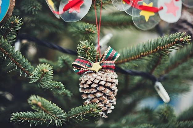 Handgemaakte decoratie op kerstboom. Premium Foto