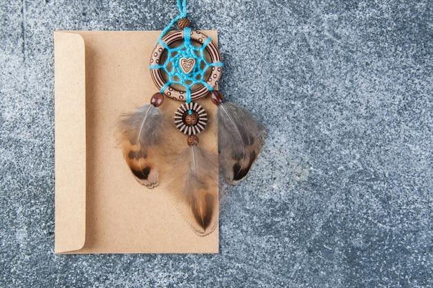 Handgemaakte dromenvanger en kraft envelop Premium Foto
