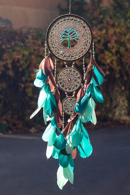 Handgemaakte dromenvanger met veren, draden en kralen touw opknoping Premium Foto