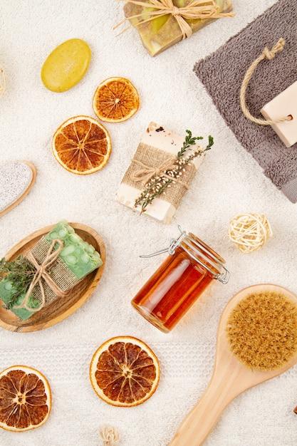 Handgemaakte organische natuurlijke zeep, droge shampoo, borstels, badkameraccessoires, milieuvriendelijke spa, beauty skincare concept. Premium Foto