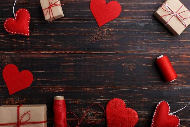 Handgemaakte rode vilt harten, geschenken en touwen met draden Premium Foto