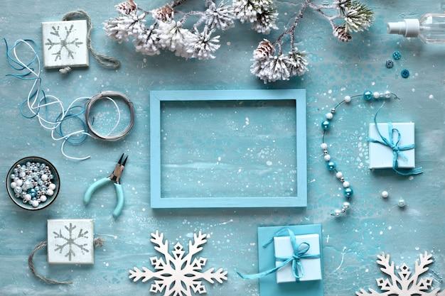 Handgemaakte sieraden maken voor vrienden als kerstcadeaus. plat leggen op mint gestructureerde achtergrond. Premium Foto