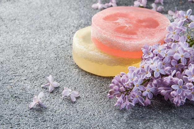 Handgemaakte zeep scrub en lila bloemen Premium Foto
