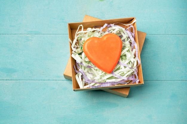 Handgemaakte zeep van natuurlijke ingrediënten in de vorm van een hart in een geschenkdoos. Premium Foto