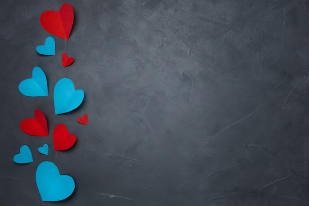 Handgeschept papier harten op grijze gestructureerde achtergrond Gratis Foto