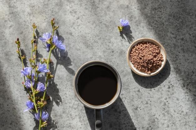 Handige cichoreidrank cafeïnevrij met bloemen en zomerschaduw. uitzicht van boven. Premium Foto