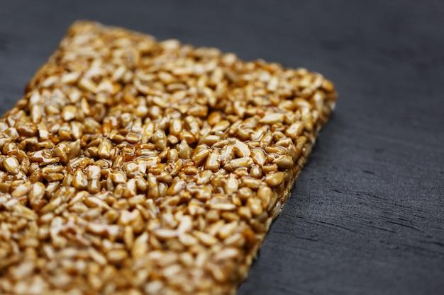 Handige snacks. fitness dieetvoeding. boletchik van kozinaki zonnebloempitten, energierepen. bovenaanzicht kopieer ruimte Premium Foto