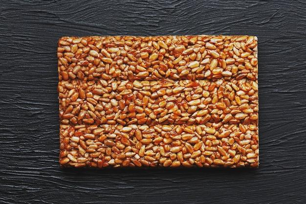 Handige snacks. fitness dieetvoeding. boletchik van kozinaki zonnebloempitten, energierepen. Premium Foto