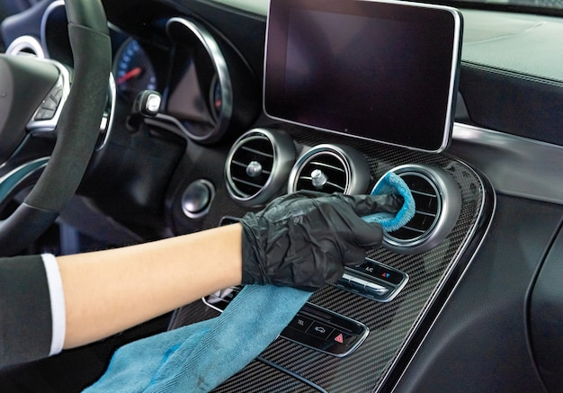 Handmatige reiniging van het interieur van luxe auto's met een microvezeldoek Premium Foto