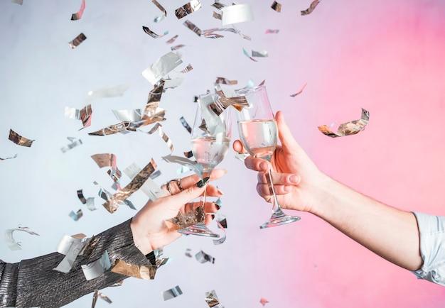 Handroosteren met confetti Gratis Foto
