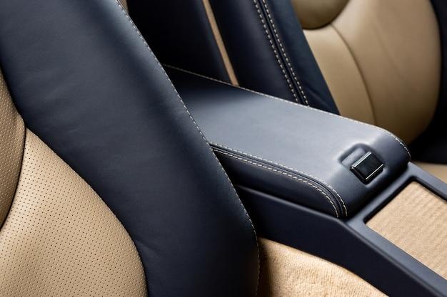 Handschoenenkastje van een auto met zwart leer Gratis Foto