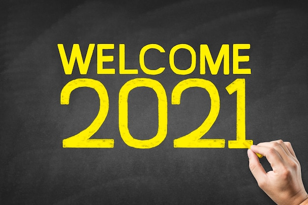Handschrift 2021 op bord, welkom in 2021 Premium Foto